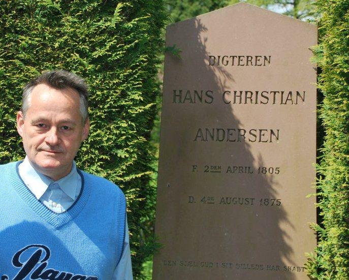 Niels Hav en Copenhague frente a la tumba del más reconocido escritor danés Hans Christian Andersen.