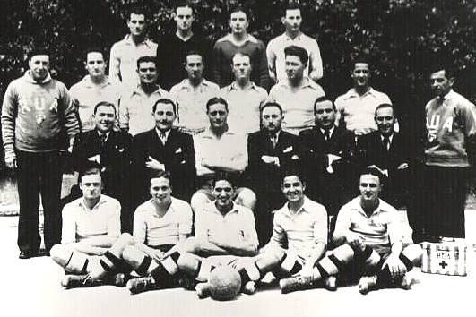 Selección de Fútbol de la Racing Universitaire D'Alge,  1937. Nota: encuentre a Camus.