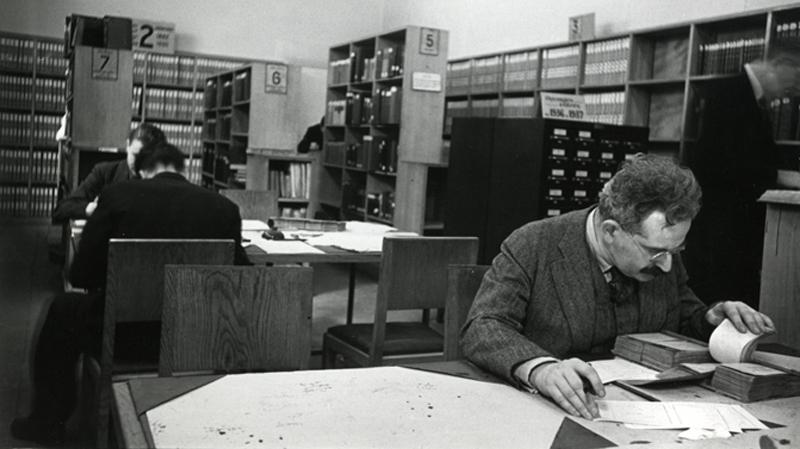 Walter Benjamin en la Biblioteca Nacional (París, 1937) - Foto Gisele Freund
