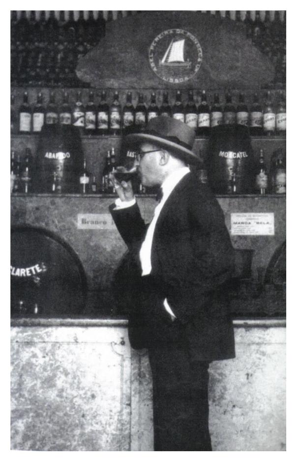 """Fotografía que envió Pessoa en septiembre de 1929 a Ophelia Queiroz, con la dedicatoria: """"Fernando Pessoa en flagrante delito""""."""