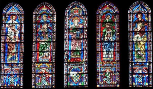 Vidriera de la catedral de Chartres, ciudad natal de Bernardo de Chartres. Puede verse a ambos lados de la vidriera central, ocho personajes, de los cuales cuatro están sobre el suelo (profetas del Antiguo Testamento) y otros cuatro, más pequeños (los evangelistas, hagiógrafos neotestamentarios), se alzan sobre los primeros.