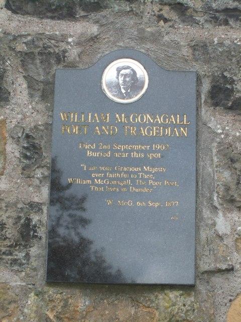 Placa dedicada al poeta en su pueblo, en ella: